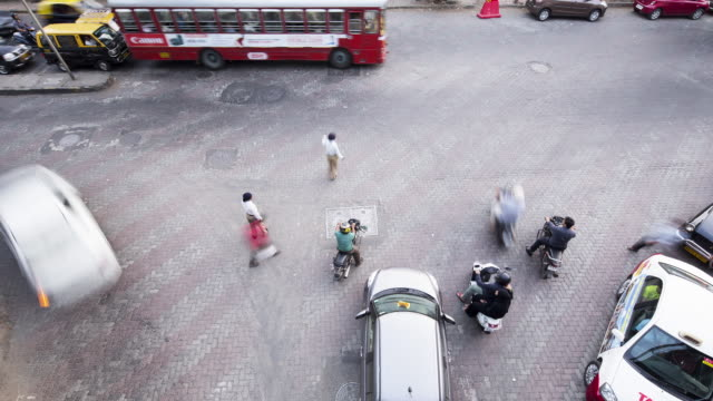 vídeos de stock, filmes e b-roll de tl, ha policemen direct traffic at a busy crossing / mumbai, india - time lapse de trânsito