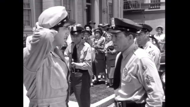 1952 policemen harass an innocent flower delivery man who they suspect was involved in a bank robbery - bankräuber stock-videos und b-roll-filmmaterial