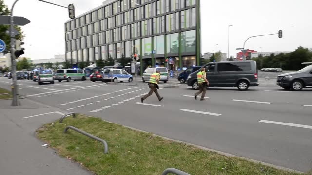 policemen running towards mall on july 22, 2016 in munich, germany. - terrorismus stock-videos und b-roll-filmmaterial