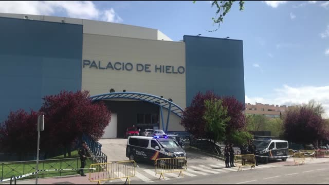 policemen stand outside the palacio de hielo shopping mall where an ice rink was turned into a temporary morgue on march 24, 2020 in madrid to deal... - hielo stock-videos und b-roll-filmmaterial