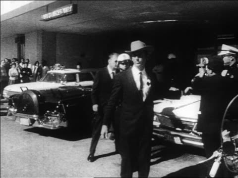 b/w 1963 policemen standing outside of hospital / kennedy assassination / dallas - attentat auf john f. kennedy stock-videos und b-roll-filmmaterial