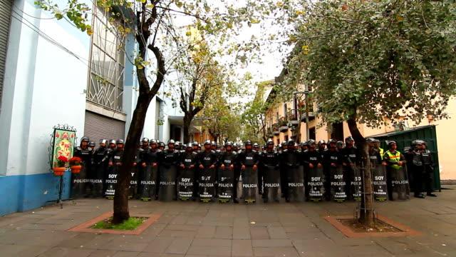 stockvideo's en b-roll-footage met policemen watch demonstration - ecuadoriaanse etniciteit