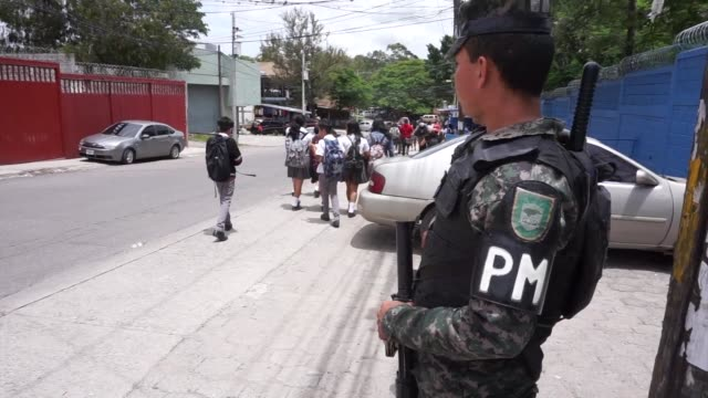 policias y militares armados vigilan la entrada de las escuelas en la capital de honduras donde en las ultimas semanas han aumentado los crimenes... - entrada stock videos and b-roll footage