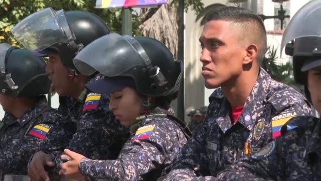 policias y militares impidieron el martes que un punado de sindicalistas marchara hasta el parlamento venezolano para apoyar al liider opositor juan... - sindicatos stock videos & royalty-free footage