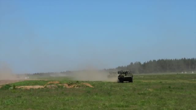 vidéos et rushes de polish 1st mechanized platoon's bwp-1 tracked infantry fighting vehicles and battle group poland's mobile gun system strykers advance to firing... - infanterie