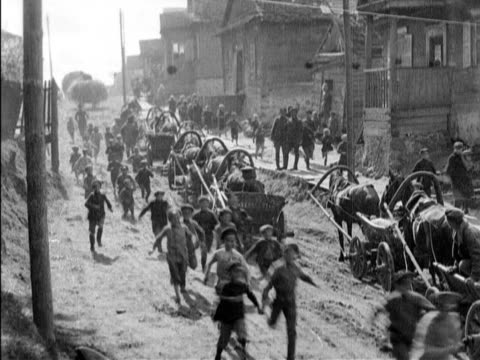 polish army in retreat from the russians / polish batteries firing soldiers charging from behind an armored car charging camera world war i news on... - 迫撃砲点の映像素材/bロール