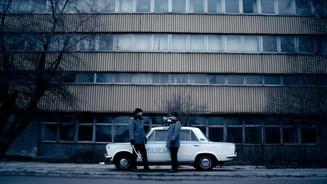polnische kriegsrechts 1981. sozialistischen miliz jagen riot student - 1981 stock-videos und b-roll-filmmaterial
