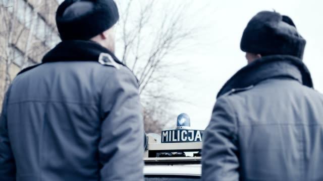 polnisches kriegsrecht 1981. sozialistische miliz patrouille mit vintagecar - 1981 stock-videos und b-roll-filmmaterial