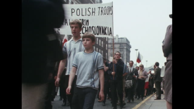 polish people march through london in protest at the russian led invasion of czechoslovakia - 1968 bildbanksvideor och videomaterial från bakom kulisserna
