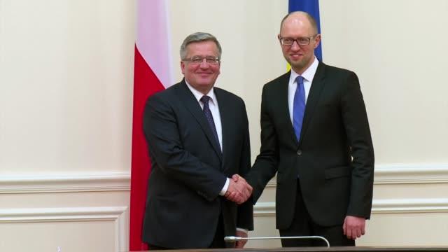 Polish President Bronislaw Komorowski has met with Ukrainian Prime Minister Arseniy Yatsenyuk on his visit to Kiev
