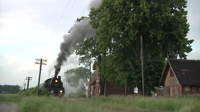 vídeos de stock, filmes e b-roll de polish steam train - transporte ferroviário