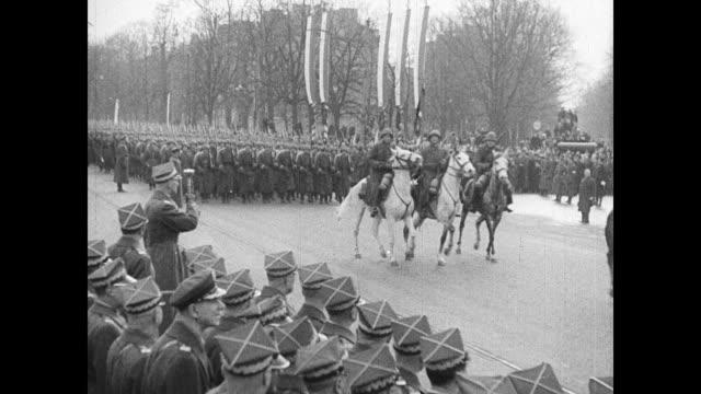 vidéos et rushes de polish troops led by men on horseback marching in street parade edward rydzsmigly holding baton polish soldiers marching xha td soldiers on horseback... - équitation de loisir