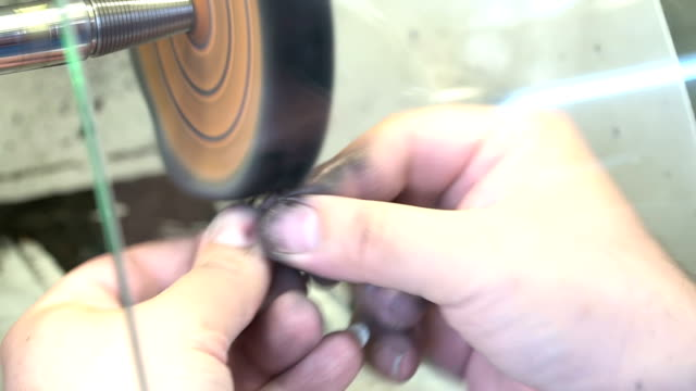vídeos de stock, filmes e b-roll de máquina de polimento - anel joia