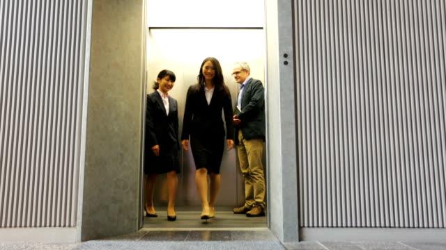 日本のプロフェッショナルなビジネス女性とエレベーターを共有礼儀正しい人 - マナー点の映像素材/bロール