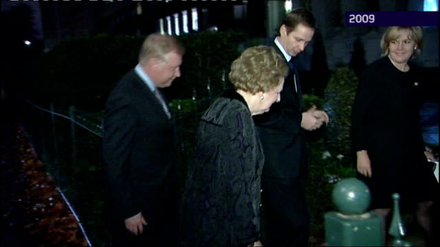 stockvideo's en b-roll-footage met political allies try to distance liam fox from adam werritty scandal r10110905 baroness thatcher slowly out and along to building as arrives for... - geallieerde mogendheden