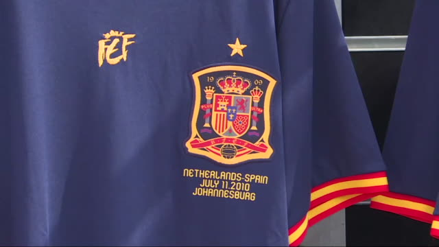 vidéos et rushes de political authorities and personalities from the world of sports such as fernando torres celebrate the 10th anniversary of the victory of the spanish... - espagne