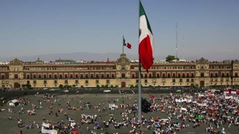vídeos y material grabado en eventos de stock de t/l, ws, ha,  political demonstration in front of national palace, zocalo, mexico city, mexico  - resistencia