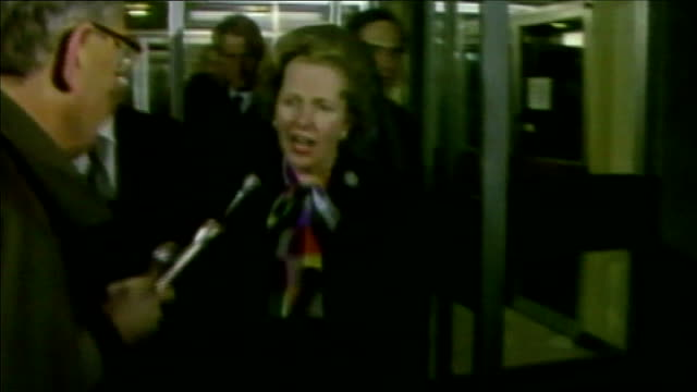 political journalist john cole dies brighton firefighters searching bombdamaged grand hotel margaret thatcher mp from building and addressing... - 英国 ブライトン点の映像素材/bロール