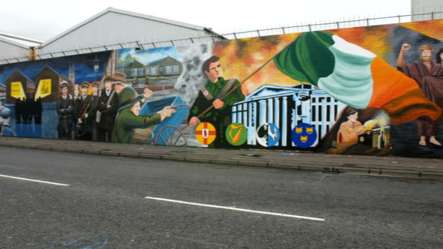 vídeos de stock e filmes b-roll de political murals in belfast, northern ireland - belfast