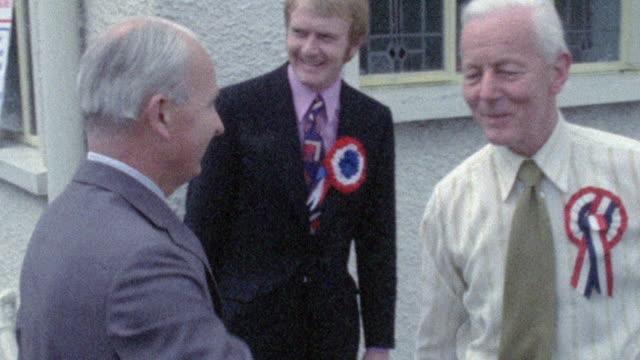 stockvideo's en b-roll-footage met 1973 montage politician meets with campaign officials / belfast, ulster, northern ireland - burger menselijke rol