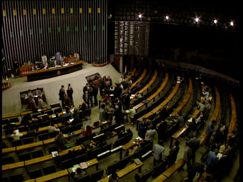 vidéos et rushes de politicians mill around debating chamber of national congress brasilia; 1993 - bâtiment du parlement