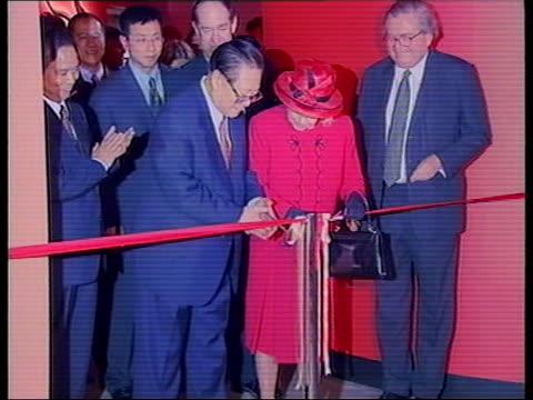 vídeos de stock, filmes e b-roll de chinese president jiang zemin visit day 3 pool british museum int president jiang zemin and queen elizabeth ii cutting ribbon to open exhibition of... - cortando fita