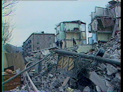 vidéos et rushes de british journalists expelled; armenian earthquake - itn lib material held in moscow soviet troops withdrawal across 'friendship bridge' - itn lib... - moscow russia