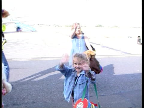 british kosovo refugees to return home itn england leeds bradford airport ethnic albanian man waving to camera before stooping to pick up bags as his... - コソボ点の映像素材/bロール