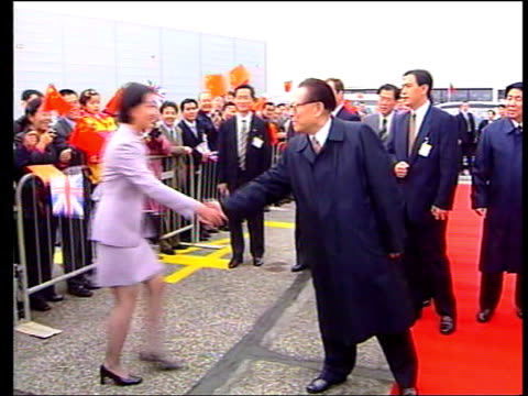 vídeos y material grabado en eventos de stock de chinese president jiang zemin state visit day 4 itn heathrow airport president jiang zemin waving as he prepares to leave britain to travel to france... - presidente de china