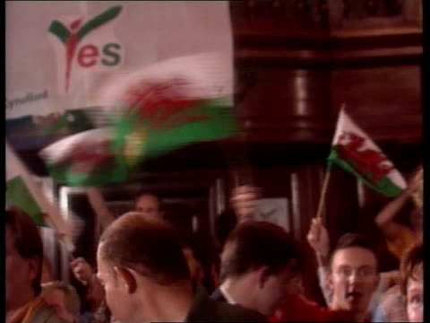 devolution result; een: itn wales: cardiff ron davies mp onto platform for pkf as crowds applaud ron davies and two other ministers holding arms in... - ウェールズ文化点の映像素材/bロール
