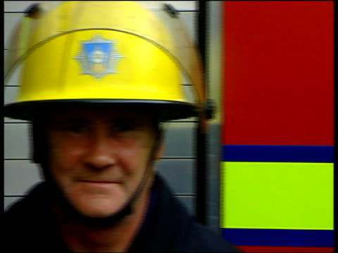 vidéos et rushes de fire service allegations of racism itn england bradford firemen posing in front of fire engine cms fire officers in front of engine pan ms firemen... - répandre