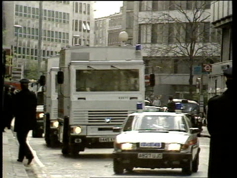 politics first day of ira ceasefire/prisoner transfer day london ms police van and convoy along towards old tx old bailey bailey pull out itn - オールドベイリー点の映像素材/bロール
