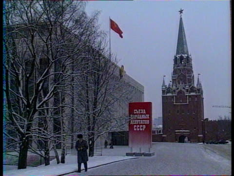 Politics First parliament meeting since changes in Eastern Bloc USSR Russia Moscow Snowing Kremlin