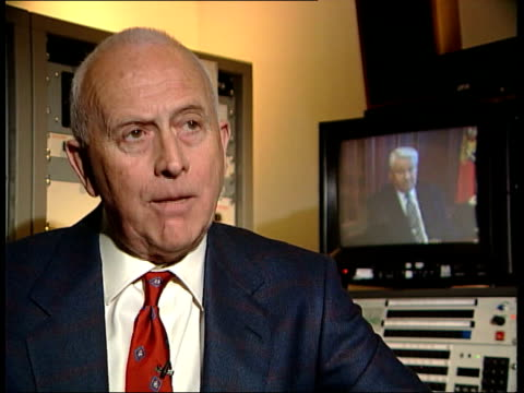 vidéos et rushes de government sacked; itn england: london: gir prof peter frank intvwd - yeltsin has to show that progress is being made - programme de télévision