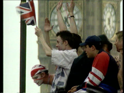 vidéos et rushes de hague calls for only english mps to vote on english matters; lib london: man having his face painted in the colours of the england flag westminster:... - parti conservateur anglais