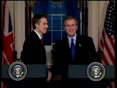 iraq summit in washington ms tony blair and george w bush shake hands at podium ms both away pan - トニー ブレア点の映像素材/bロール