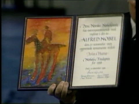politics john hume resigns from northern ireland assembly lib norway oslo int ms john hume mp holding nobel peace prize nobel prize certificate held... - ノーベル平和賞点の映像素材/bロール