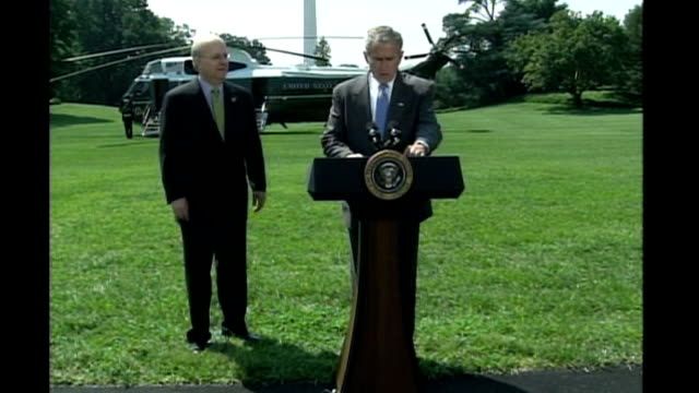 vidéos et rushes de karl rove announces resignation from white house.; washington: white house: ext presidential helicopter on white house lawn as george w bush and karl... - équipement audiovisuel
