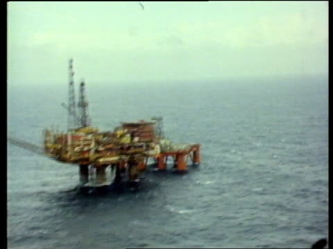vídeos de stock, filmes e b-roll de law of the sea treaty; politics: law of the sea treaty; a) n sea airv cormorant 'a oil rig ) airv helicopter on rig ) ) cuts 16.9.80 work on rig )... - organismo aquático