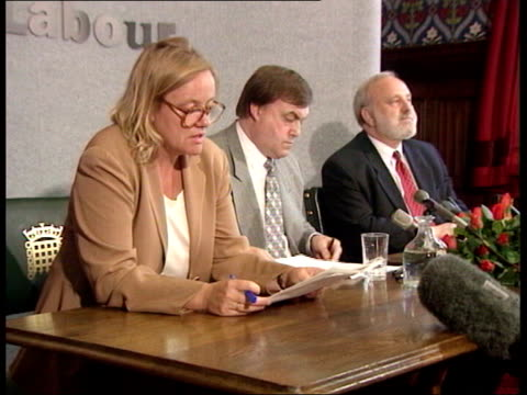 mo mowlam dies aged 55 tx mowlam standing with labour mp frank dobson westminster cms mowlam sat at table with dobson and labour mp john prescott int... - ジョン プレスコット点の映像素材/bロール