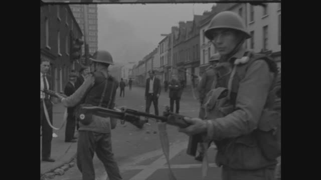 vídeos de stock e filmes b-roll de northern ireland british army deployed on streets of belfast after rioting northern ireland belfast falls road ext reporter to camera with buildings... - belfast