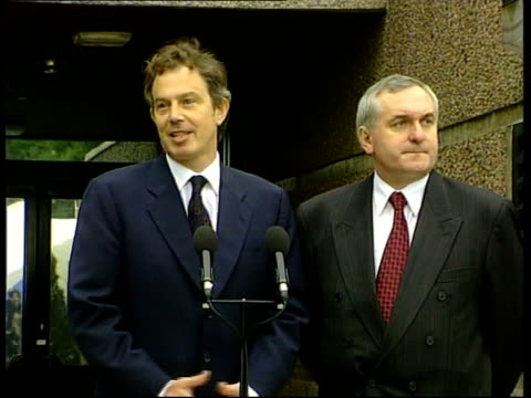 stockvideo's en b-roll-footage met politics peace talks itn northern ireland belfast prime minister tony blair mp and irish prime minister bertie ahern from car to join talks on... - david trimble