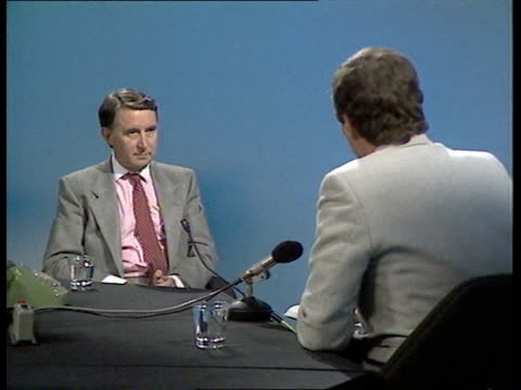 stockvideo's en b-roll-footage met sdp conference england london itn studio intvw sof vprinciple must be worked out before merger detailed policies and i don't think its easy 2 shot... - david steel politiek