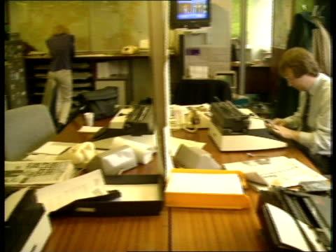 vidéos et rushes de politics: sinn fein broadcasting ban; c4n: northern ireland: politics: sinn fein broadcasting ban; england, london cms timothy renton mp, home office... - séquence segment monté