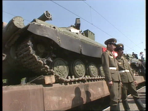 politics soviet tanks withdraw east germany tgv line of stationary tanks as band plays sof juterbog pull out tgv band playing sof tgv crowds of... - kampfpanzer stock-videos und b-roll-filmmaterial