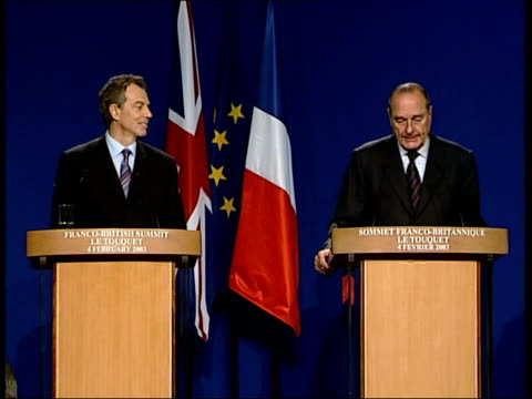 stockvideo's en b-roll-footage met french summit: blair meets chirac; itn france: le touquet: ext bv jacques chirac and tony blair mp standing before soldier with sword then along to... - politics and government