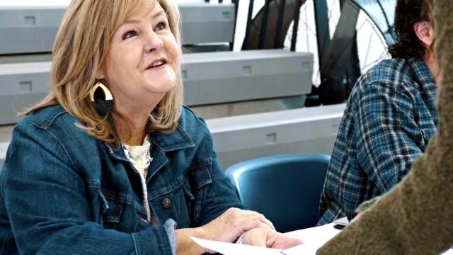 ein wahllokal-freiwilliger unterstützt wähler am wahltag - us präsidentschaftswahl stock-videos und b-roll-filmmaterial