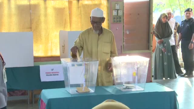 polls open in malaysia's hard-fought election which pits scandal hit prime minister najib razak against his one-time mentor a 92 year old former... - prime minister video stock e b–roll