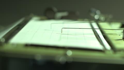 cu of polygraph printout during lie detector test - 犯罪 個影片檔及 b 捲影像