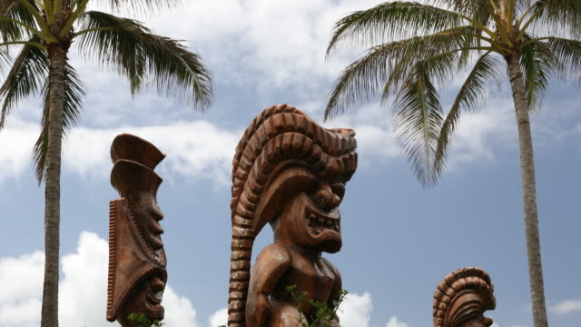 polynesian cultural tiki carving on the north shore of oahu hawaii - polynesian culture stock videos & royalty-free footage